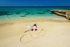 Una coppia di nozze su una spiaggia tropicale Fotografie Stock