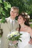 Una coppia di sposi recentemente fotografia stock