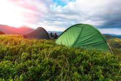 Una coppia di turista che se li siede vicino tenda Immagini Stock