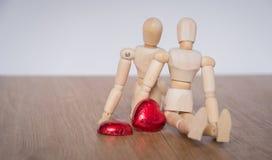 Una coppia di uomo di legno della bambola sui giorni di S. Valentino che mostrano amore ad ogni othere Fotografia Stock