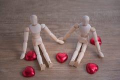 Una coppia di uomo di legno della bambola sui giorni di S. Valentino che mostrano l'un l'altro amore Fotografia Stock