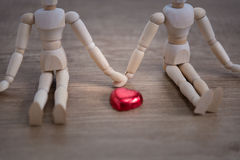 Una coppia di uomo di legno della bambola sui giorni di S. Valentino che mostrano l'un l'altro amore Immagini Stock