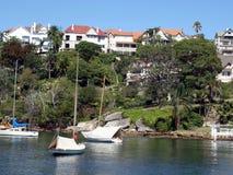 Una coppia di yacht hanno attraccato in un'entrata in Sydney Harbour vicino a Mosman fotografia stock libera da diritti