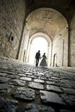 Una coppia elegante cammina verso nel traforo Fotografie Stock