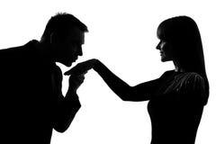 Una coppia equipaggia baciare la donna della mano Immagine Stock