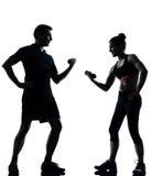 Una coppia equipaggia la donna che esercita la forma fisica di allenamento Fotografia Stock