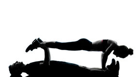 Una coppia equipaggia la donna che esercita la forma fisica di allenamento Fotografie Stock Libere da Diritti