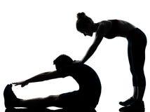 Una coppia equipaggia la donna che esercita la forma fisica di allenamento Immagini Stock