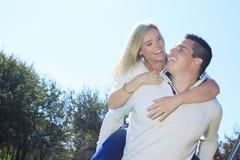 Una coppia felice di caduta di autunno in natura Fotografie Stock Libere da Diritti