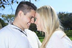 Una coppia felice di caduta di autunno in natura Immagine Stock Libera da Diritti