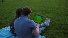 Una coppia felice facendo uso del computer portatile video d archivio
