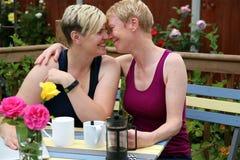 Una coppia gay felice a casa nel giardino ed abbracciare fotografia stock libera da diritti