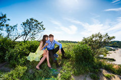 Una coppia gli amanti su una scogliera fotografie stock libere da diritti