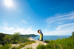 Una coppia gli amanti su una scogliera fotografia stock