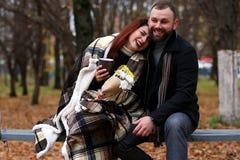 Una coppia i giovani si incontra in autunno Immagini Stock Libere da Diritti