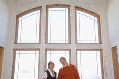 Una coppia nella loro nuova casa fotografie stock