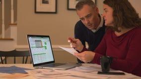 una coppia schiacciata dal loro debito video d archivio
