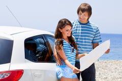 Una coppia sta andando su un viaggio dell'automobile Immagini Stock Libere da Diritti