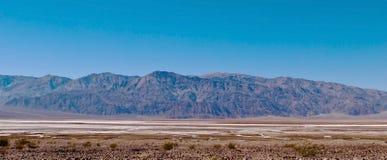 Una cordillera distante en el desierto Fotografía de archivo