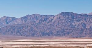 Una cordillera distante en el desierto Foto de archivo libre de regalías