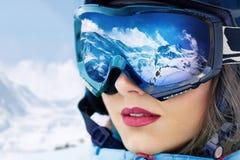 Una cordillera reflejada en la máscara de esquí Profundidad del campo baja imágenes de archivo libres de regalías