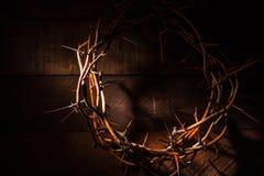 Una corona de espinas en un fondo de madera Tema de Pascua Foto de archivo