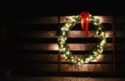 Una corona di Natale su un portone dell'azienda agricola Fotografia Stock Libera da Diritti