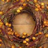 Una corona rustica su una priorità bassa di legno Fotografia Stock Libera da Diritti