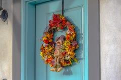 Una corona variopinta di autunno con il piccolo spaventapasseri fotografia stock