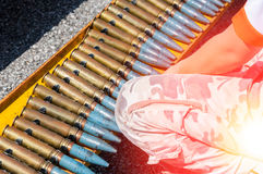 Una correa de la munición, cadena de cartuchos guerrea para el fondo Imágenes de archivo libres de regalías