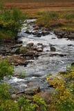 Una corrente che scorre a Tromso Norvegia immagini stock