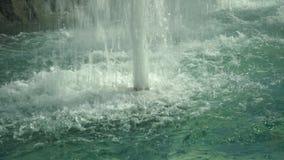 Una corrente potente della fontana video d archivio
