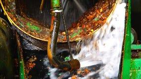 Una corriente del agua entra en la botella de lavado y empaña el ámbar almacen de metraje de vídeo