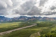 Una corriente desciende en el valle de la tundra del parque nacional del ` s Denali de Alaska Imagenes de archivo