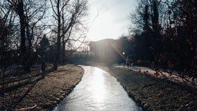 Una corriente en la ciudad de Munich imagen de archivo libre de regalías