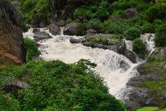 Una corriente que atraviesa las montañas Himalayan, Uttarakhand, la India Foto de archivo libre de regalías