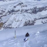 Una corsa con gli sci della persona sul Mt Titlis in Svizzera Fotografia Stock