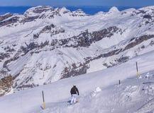 Una corsa con gli sci della persona sul Mt Titlis in Svizzera Immagine Stock Libera da Diritti