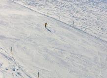 Una corsa con gli sci della persona sul Mt Titlis in Svizzera Immagine Stock