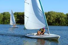 Una corsa dei due yacht sul fiume fotografia stock libera da diritti