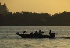 Una corsa di due pescatori al loro punto favorito di pesca nella loro spigola fotografia stock libera da diritti