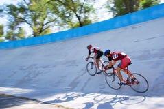 Una corsa veloce dei due ciclisti Fotografia Stock