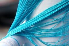 Una cortina azul de mimbre cuelga abajo foto de archivo libre de regalías