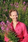 Una cosecha de la mujer florece la sauce-hierba Fotos de archivo