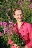 Una cosecha de la mujer florece la sauce-hierba Imágenes de archivo libres de regalías