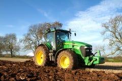 Una cosecha de la remolacha en curso - el tractor y el remolque descargan las remolachas Foto de archivo libre de regalías