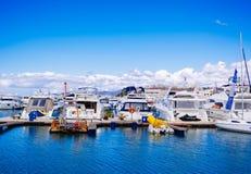 Una costa con molte barche parcheggiate fotografia stock