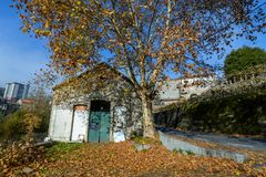 Una costruzione abbandonata in autunno Fotografia Stock