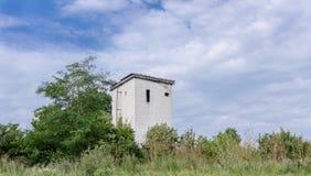 Una costruzione abbandonata nella foresta fotografie stock libere da diritti