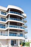 Costruzione tropicale del condominio con i balconi Immagini Stock Libere da Diritti